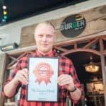 the burger shack i aarhus modtager diplomet for Danmarks Bedste Burger 2018