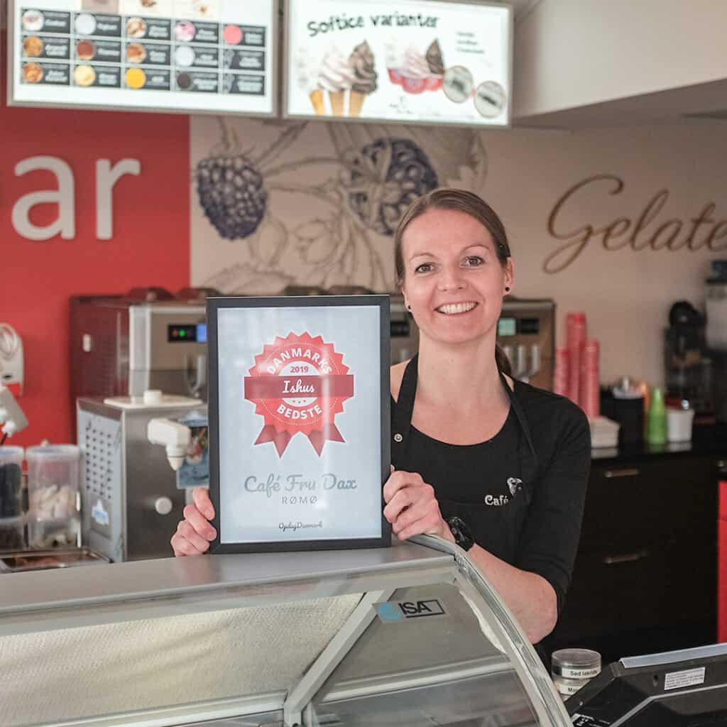 Mrs Dax receives the diploma for Denmark's best ice cream shop 2019